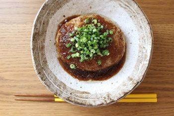 豚ひき肉で作る、ふんわり柔らかなハンバーグ。豚の肉汁がギューと詰まったハンバーグと、さっぱりした玉ねぎソースの相性が抜群です。オーブンで焼きあげるので、焦げる心配も少なくて安心♪