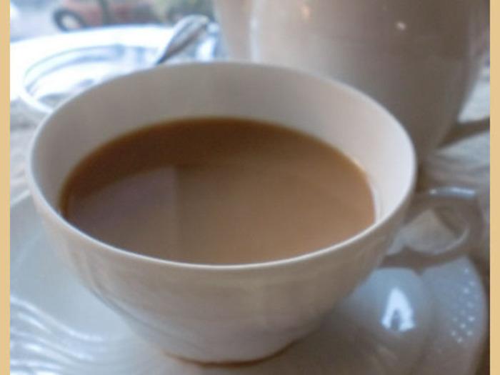 濃厚な紅茶とミルクのコクが楽しめる、ロイヤルミルクティー。普通のミルクティーとの違いは、茶葉を煮出すところ。お水をぐらぐら沸かしたところに紅茶の葉を投入し、30秒程沸かしたら牛乳を入れて、鍋縁がフツフツする程度に温めます。茶葉を濾しながらカップやポットに移せばできあがり。水と牛乳の割合はお好みで調整してみて。