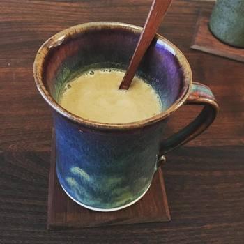 ミルクの代わりにアーモンドミルクを使ったチャイ。アーモンドミルクはビタミンEやオレイン酸など、体に良い成分が豊富に含まれています。普通にチャイを作るように好みの紅茶とスパイスを入れて、牛乳だけをアーモンドミルクに変えればOK。ナッツの香ばしさも加わって、より香りや味が楽しめますよ。