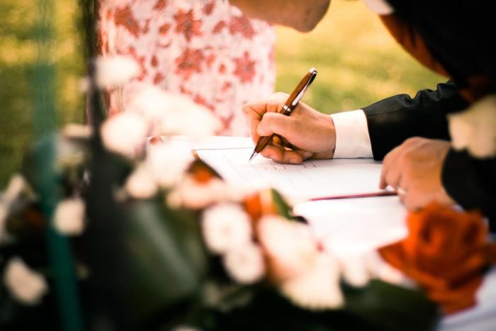 例えば、アメリカではコートハウスでマリッジライセンス(結婚許可証)を取得してからでないと結婚することが出来ません。中には手続きを始めてから1週間たってようやく結婚することが出来たというカップルも。