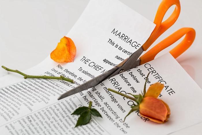 「情熱的な愛も冷めたらおしまい」がよくある海外。アメリカでは日本に比べて離婚率が倍近く高いということもあって、Prenuptial Agreement(プリナップ)という婚前契約を結ぶことがあります。 結婚前にあらかじめ資産の取り扱いや離婚の条件など、夫婦のルールを公式に定めておくのですが、日本人からすると何だかドライに感じてしまいますね。