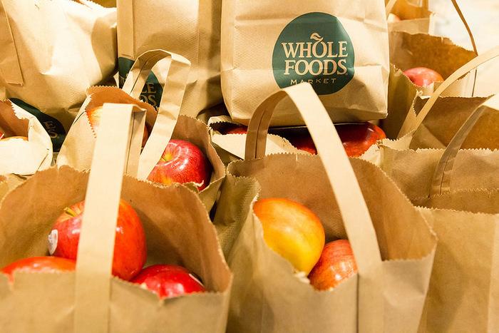 """アメリカでオーガニックなものを買いたい時に外せないのは""""Whole Foods Market(ホールフーズ・マーケット)""""。ほとんどの商品にオーガニック認定基準マークがついていて、食べ物だけでなく、コスメや子供の洋服までオーガニック素材のものが揃っています。"""