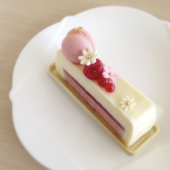 かんざしをイメージしたキュートなオリジナルケーキも。食事にも、カフェとしても使えるお店です。