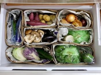 まずは、冷蔵庫にどんな野菜があるかを把握するために、野菜室の整理整頓をしてみましょう。こちらのように、新聞紙を敷いたペーパーバッグをいくつか作り、野菜を根菜、葉物などの種類ごとに仕分け。見た目もすっきりして、今ある野菜が一目瞭然です!英字新聞などを使えば、海外のマルシェみたいで何だかおしゃれになりますよ。