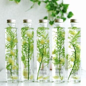 ハーブや植物を専用のオイルに浸して、標本のようなディスプレイにするのが「ハーバリウム」「フラワリウム」です。透明感のある液体の中で、鮮やかな色を保つ花々。ボトルを振ると、ゆらゆらと植物がゆらめきます。