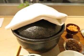"""おうちでは火加減が難しい""""土鍋で炊いたごはん""""がいただける「アコメヤ厨房」。お米の種類は日替わりになっています。土鍋のフタを開けるのも、ワクワクしますね♪"""
