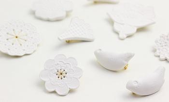 こちらは鈴木仁子さんの白磁のブローチ。素材そのものの白さ、滑らかさに惹かれて磁土という素材を選んだという鈴木さん。以前は繊維製品に関わるお仕事をされていたとのことで、レースが本来持つ繊細な美しさが、磁器にも細やかに落とし込まれています。