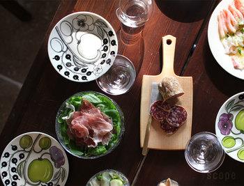 緑色と紫色を使って描かれたデザインはパープルカラ―と呼ばれ、シックなブラックのParatiisiを使ったテーブルコーディネートに、統一感を出しつつ華やかさを添えてくれます。