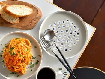 もちろん食事を出す際にも、食器として大活躍してくれます。どんな料理にも馴染みやすいカラ―だからこそ、あえて色鮮やかな料理と合わせるのがおすすめ♪