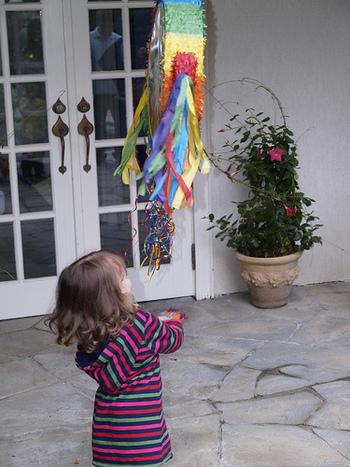 お菓子やおもちゃ、紙ふぶきを入れたピニャータをロープで吊るし、順番に棒でたたき壊すのが本場のやり方。こぼれおちてくるお菓子を取り合って、大盛り上がり♪