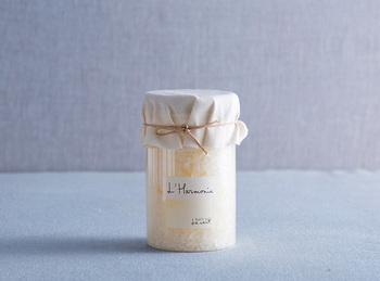 古い歴史を持つ甘いムスクをベースとし、地中海の風を思わせるジャスミンやアップル、レモンなどのさわやかな香りに、シダーやクミン、カルダモンなどのスパイス系のエッセンスがブレンドされている、上品で落ち着いた香りです。