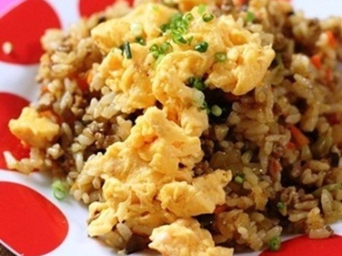 チャーハンは中華風の味付けをイメージしがちですが、カレー味など他の味付けも加えればバリエーションがさらに広がりますよ。カレーチャーハンは、どんな野菜を入れても合うので、冷蔵庫にある野菜を全て使い切りたいときにおすすめ!