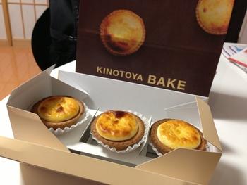 KINOTOYA BAKEで扱っている商品は、この「焼き立てチーズタルト」のみ。ショップの前を通ると焼き立てチーズタルトの香ばしい香りがふわりと漂い、ついつい列に並びたくなってしまいます。