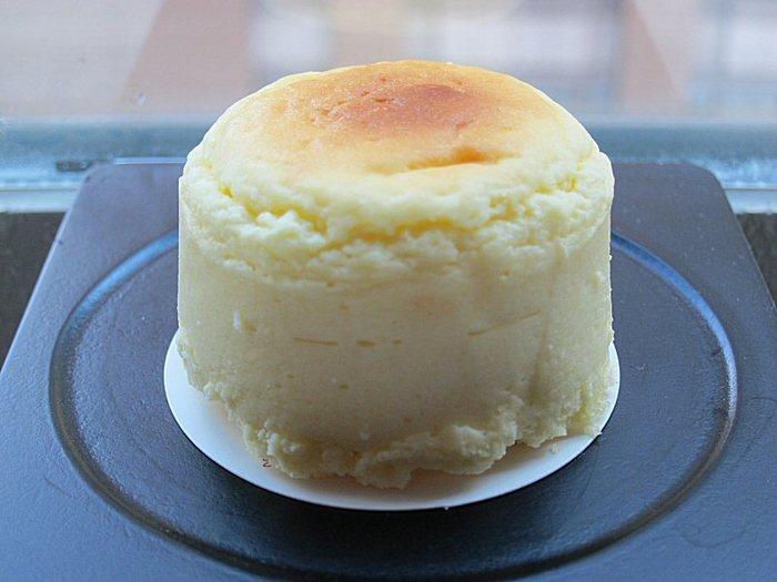 オムレットはふわっとしたスフレタイプのチーズケーキで、その食感に一口食べると虜になってしまう人も多いんです。そのまま食べても美味しいですが、少し温めてから食べると焼き立てチーズケーキのようになっておすすめですよ♪