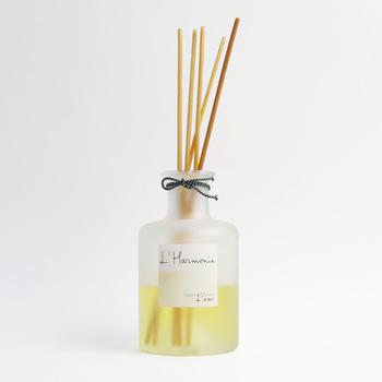 日本でもよく使用されるようになりましたが、ヨーロッパで幅広く愛用されている、瓶にスティックを差し込む室内用芳香剤は、空間に心地よい香りをもたらしてくれるだけでなく、インテリアとしても素敵。