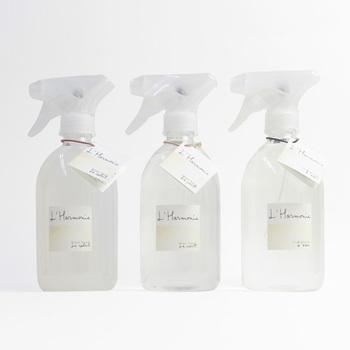 スプレータイプのリネンウォーターは、衣類やインテリアファブリックなどにひと吹きするだけで手軽にお気に入りの香りに。また、アイロン掛けのとき、スチーム用の水の代わりに使用したり、希釈せず直接アイロンに入れて使用したりできる他、洗濯のすすぎの最終の段階で入れると洗濯物にほのかな香りが♪