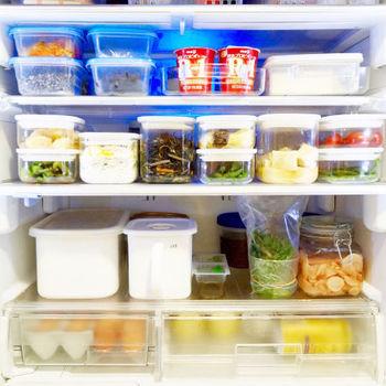 タッパーなどの保存容器に野菜をまとめるのも◎中身が見える容器を使えば、どんな野菜が入っているかすぐに分かります。保存容器を冷蔵庫にしまう時は、野菜の種類ごとにまとめて置くと「うっかり使い忘れていた…」なんてことも避けられるかもしれません。