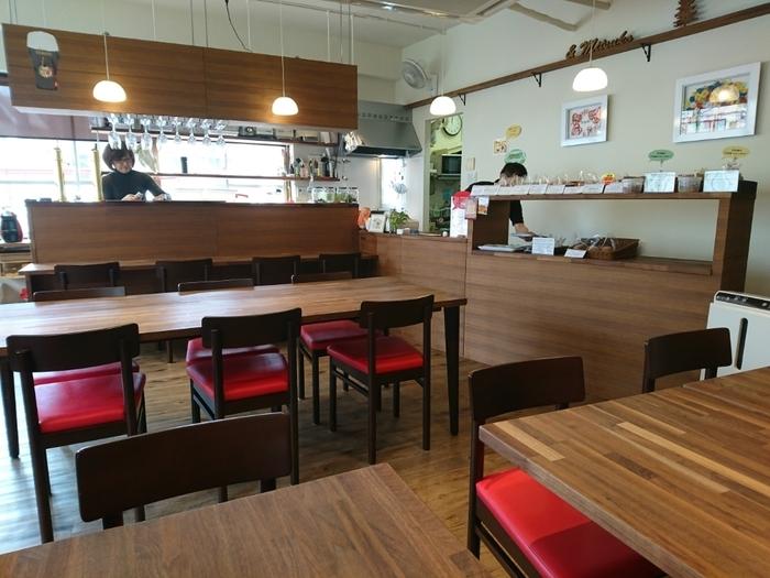 外の光を取り込む明るい店内は、インテリアも木調で整えられ、一人で入っても心地よさそうな雰囲気。席数は多めで、ゆったりと座って食事ができます。