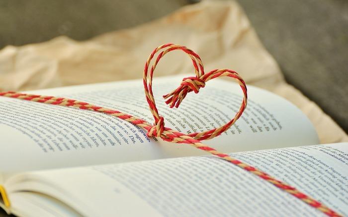 たとえば、買い集めた本が棚にずらりと並んでいる、その光景に幸せを感じるという人。買いたての本が入った書店の袋を家に持ち帰る、そのわくわくした時間がやめられないという人。そんな本好きさんは、今さら積読を気にやむことはないのかもしれません。本との出会いは一期一会。縁あって手元にやってきた本たちと、これからもゆっくり気長に寄り添ってみませんか?