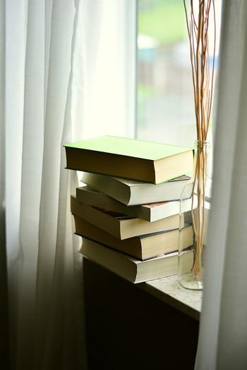 そんなふうに、読めていない本がどんどん溜まり、いつしか放置されている状態を「積読」(つんどく)なんてダジャレみたいな名前で呼んだりします。意外にも明治時代にはもう生まれていた言葉らしいのですが、この積読本、読書家にとってはちょっとしたストレスになることも。
