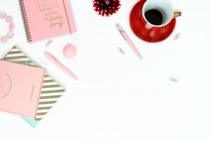 毎日使うのが楽しくなるような日記帳やノート、ペンなどを準備しましょう。書いていて気分が上がるような小物を使うと、日記を書く時間が楽しくなり、自然と続けやすくなります。