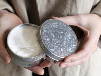 クリームタイプは、こってりと濃厚。硬めのテクスチャーのものが多く、油分も多いのでしっかりと保湿したいときにおすすめ。