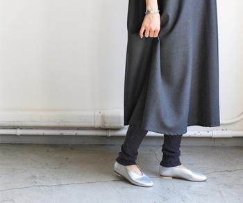 裾をくしゅくしゅできるデザインのレギンスは、冬の気分いっぱいの着こなしに。ケーブル編みは、ほっこりとしてナチュラルな雰囲気を作ります。