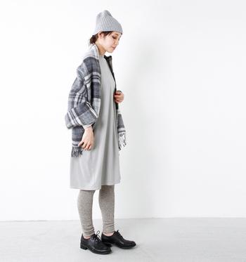 レギンスなら、ワントーンコーデをでも軽やかに♪ニット帽、ストールなどの冬小物までグレーで統一。足元は黒のシューズできりりと引き締めています。