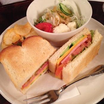 店名がついたオリジナルの「ローヤルサンド」も人気です。パンには野菜・ハム・チーズが挟まれており、ホットサンドよりあっさりとしているので、朝食などに合わせて食べてもいいですね。