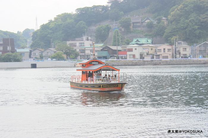 穏やかな海を渡る船からは、浦賀造船所跡地に建つクレーンやドックを見ることができます。運行ダイヤはなく、乗りたい時は渡船場のブザーを押すと対岸から迎えに来てくれるという、のんびりした感じも良いですよね。