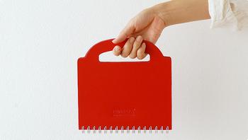 ノートに持ち手がついたユニークなデザインで、バッグのような感じでノートを持ち歩けます。