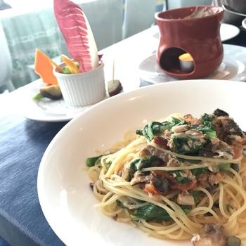 三浦半島や横須賀の新鮮な魚介、 写真のサラダとパスタのセットの他、本格的なコースまでメニューも豊富。