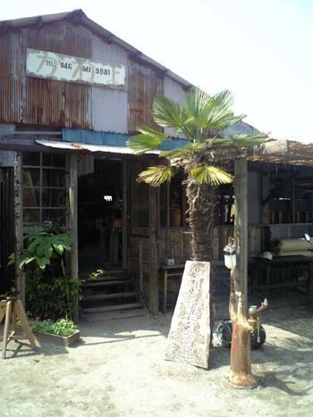 古い漁師小屋をリノベーションしたお店はトタン屋根の外観がなんともレトロ。夏は窓もドアも外して開けっ放しにしているそうで、開放感たっぷり。