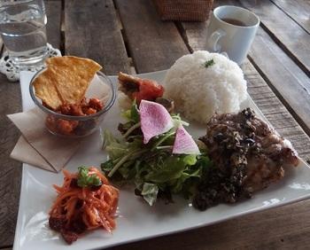 名物の「特製プレート」。メインディッシュとライス、サラダなどがワンプレートに盛り付けられています。日本にいながら海外のカフェを訪れたような気分になれるランチが味わえますよ。  フレンチを学んだシェフの作るお料理は、地元の魚や野菜をふんだんに使ったものばかり。