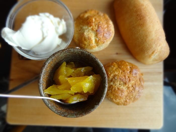 こちらもモーニングメニューのひとつ。自家製パン、スコーン、パイナップルジャムとマスカルポーネが木のトレイに並んでいます。焼きたてパンの香ばしい香りで幸せな気分に♪
