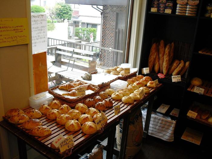 """店内には、たくさんの種類のパンが並んでいます。ザクロでおこした自家製の天然酵母と低温で10時間以上もかけて発酵させるています。本場フランスの名店で修行をしたオーナーブーランジェこだわりの製法で作られたパンは、""""しっとりもっちり""""とした食感です。"""