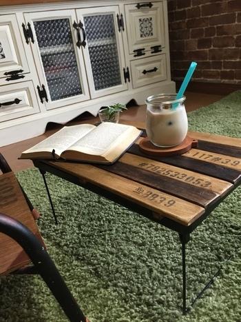 おしゃれなミニテーブル、なんと材料は全て100円ショップで購入できちゃいます。100円ショップのすのこと積み重ね収納棚を組み合わせて作ることができます。