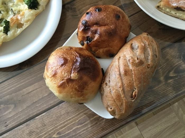 幅広い年代に人気のみるくパン。レーズンやチョコチップ、くるみなど種類も豊富です。いろんな種類を買って食べてみたくなりますね。