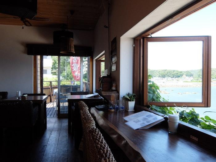 観音崎エリアには海沿いのカフェやレストランがいくつかありますが、「ダイニングカフェ風」もそのひとつ。横須賀美術館から車で6~7分の道沿いにあるので、初めての方もすぐに気づくはず。カウンターからは、青い海を眺めることができ、ひとりでも入れるカジュアルな雰囲気が人気です。
