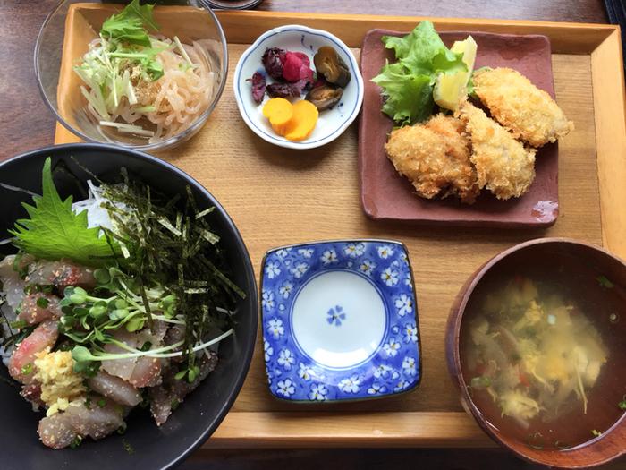 和定食もおすすめ。朝獲れの魚にこだわっているだけあって、その新鮮さは格別。その日の仕入れによって使うお魚や料理の内容が変わります。写真は、鯵のたたき丼とアジフライ定食。