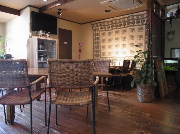 アジアンテイストのインテリアがおしゃれな店内。外観のカラフルなイメージとは違い、落ち着いた感じの空間です。テーブルの間隔にゆとりがあるので、満席でもゆったりと過ごせます。