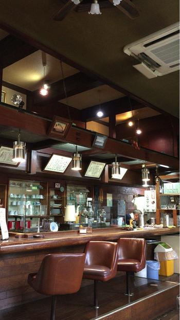店内は昭和レトロな雰囲気。よく磨かれたカウンターと床は清潔感があり、よくお手入れされていることが分かります。写真には写っていませんが、吹き抜けのロフトもあって広々とした空間。天井が高いので室内でも開放感があるのが良いですね。