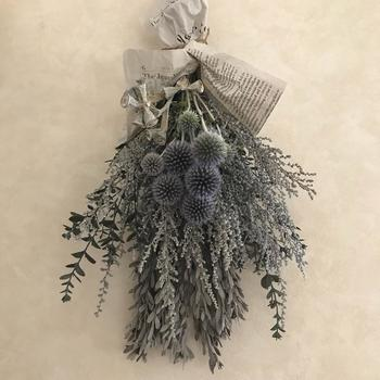 植物をまとめて吊るすだけでできるスワッグ。生きた植物を吊るしておくと自然とドライフラワーになります。ドライフラワーを束ねて作ることもできます。奥に長いもの、手前に短いものを重ねると、バランスのよいスワッグになります。