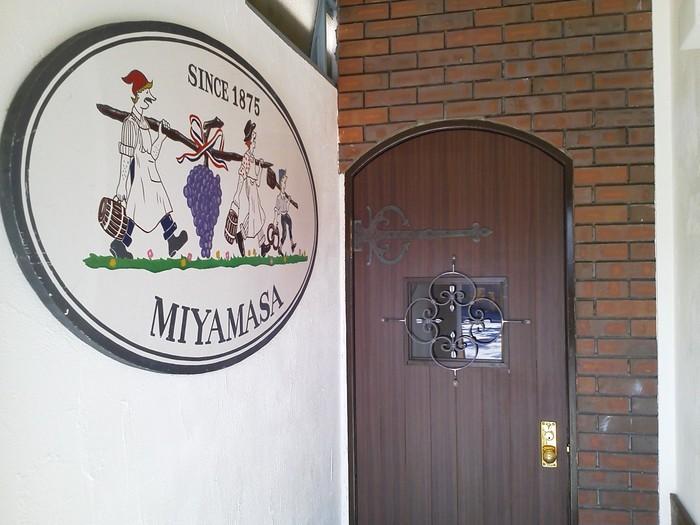 京急浦賀駅から徒歩10分ほどのところにある「カフェアンドワインみやまさ」は、知る人ぞ知る隠れ家のようなカフェ。というのも、「ワインセラーみやまさ」という酒屋さんの奥が入口なんです。アンティーク風の茶色いドアが目印。