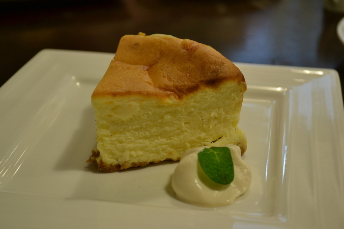 土日限定のチーズケーキは、しっとりふっくらしていて口どけの良さがたまりません。