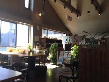 """浦賀駅から2分ほどバスに乗ったところにあるサニーサイドマリーナの中にある「ワンこぱん」。先ほどご紹介した""""浦賀の渡し""""の乗船場から歩いて行けるので、観光しながら立ち寄れるアクセスの良さが魅力です。2階のお店は太陽に光がサンサンと降り注ぎ、明るく気持ちが良い空間です。"""