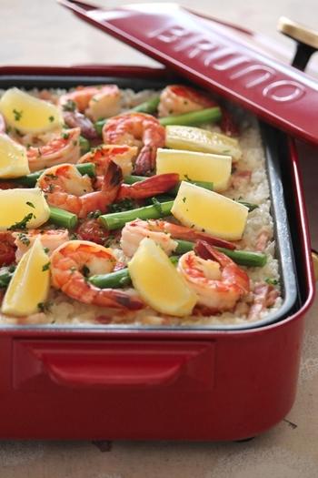 おしゃれなパエリアもホットプレートを使えば調理時間25分で作れます。一気に2~3人分用作れて、尚且つ美味しい魚貝の味が染みたご飯も味わえますよ。