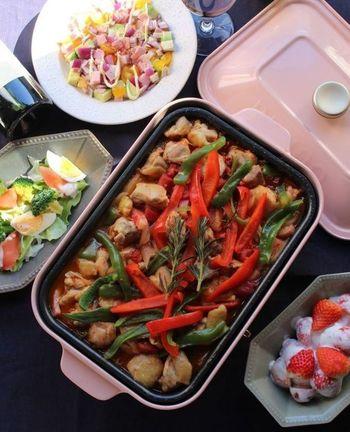 ホットプレートで野菜を炒めて煮詰めるだけの簡単料理。調理時間30分でお野菜の彩がキレイなフレンチの完成です。鶏もも肉やベーコンなども入っているので、具沢山でお腹も満足な一品です。