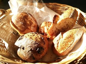 ワンこぱんの特徴は、パン生地に油脂と砂糖を使っていないこと。ハード系のパンが多く、小麦の味を存分に味わえます。代官山の有名パン屋さんで修業を積んだオーナーが、一から手作りしたこだわりの味を求めて多くの方が訪れています。