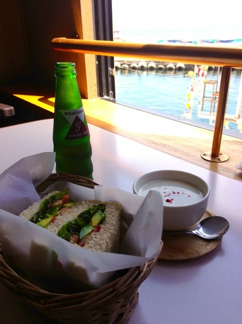 地元の食材を多く使ったサンドイッチは、オーダーを受けてからその場で作ってくれるので、できたての味を楽しめます。野菜たっぷりでボリューム満点。外で食べるのが楽しみになりますね。店内にはカフェスペースもあるので、ここでランチすることもできますよ。
